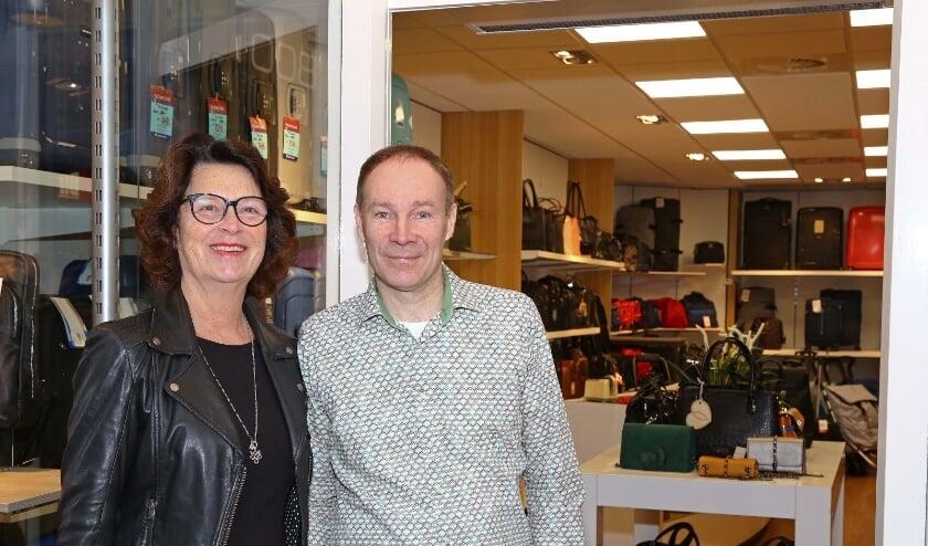 Ellen en Theo Boot voor hun winkel op de Binnenban waar Theo's vader 58 jaar geleden een schoenmakerij startte (foto René Leerentveld)
