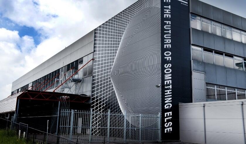 """""""Het werk 'Futura' gaat over de schoonheid van de vervreemding. Ik liet me inspireren door het gebouw"""", aldus Vera. Foto: Eefje van Hoof"""