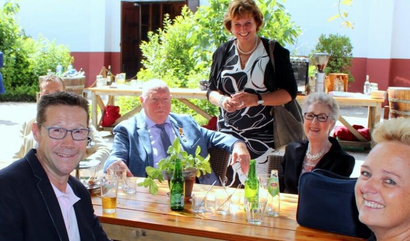 Cor de Jongh, hier met vrouw Netty en de kinderen, kreeg alsnog zijn lintje van burgemeester Liesbeth Spies. FOTO: Morvenna Goudkade
