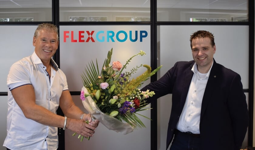 Overhandiging bos bloemen na tekenen overeenkomst. V.l.n.r. Eduard Craanen (oud-eigenaar FlexGroup) en Jan van den Broek (Directeur Workstead).