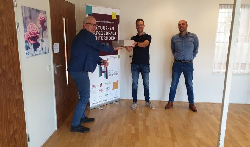 Wethouder Frans Langeveld overhandigt de boxen aan Peter van Zutphen (teamregisseur) en Frederik Lindenhovius (manager) van Sensire.