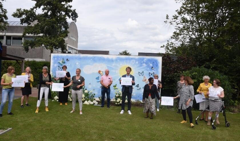 Elf zorginstellingen in de Bommelerwaard kregen ieder een cheque van 1.000 euro van kringloop de Spullewaard. Foto: Klaas Leerlooijer