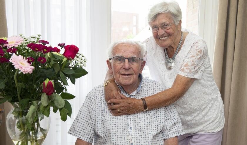 Harrie en Nel van de Sande zijn na 65 jaar nog altijd even dol op elkaar. Foto: HANS JANSEN FOTOGRAFIE te BEST