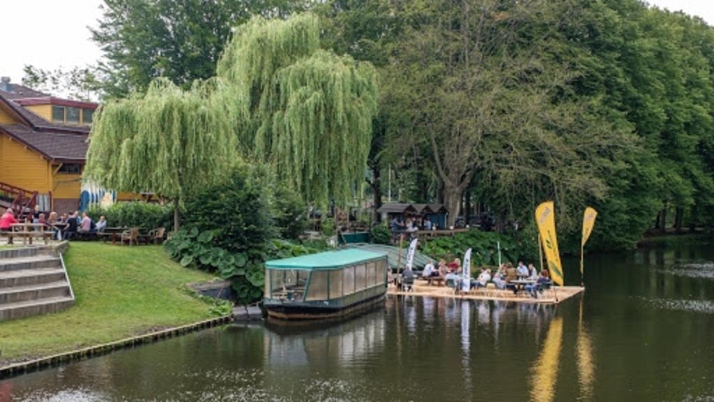 Op 3 juni 2020 is aan de Overijsselse rivier ?de Regge? het meest unieke terras van Nederland gerealiseerd. Bij de Wilgenweard bestaat nu namelijk de mogelijkheid om te lunchen/dineren met de voeten in het water zónder zelf nat te worden. Foto:  © DPG Media