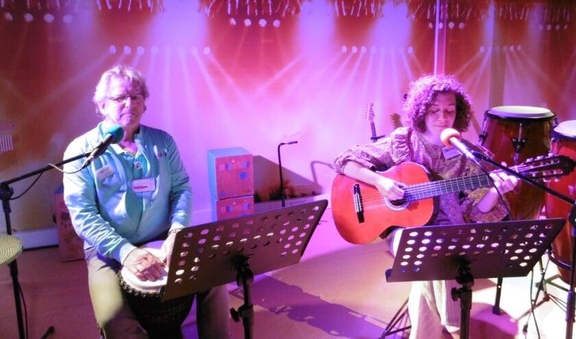Christel en Ad op anderhalve meter tijdens een repetitie in de studio. Nieuwsbrief ontvangen? Stuur een mailtje naar tilburg@muziekids.nl en we sturen hem.