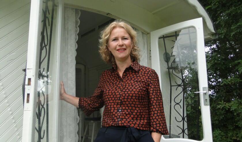 Mariska Nijhuis - van der Wiel bij de ingang van de Pipowagen. (Foto: Leo Polhuijs)