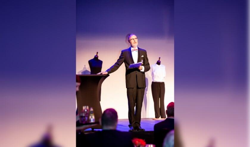 Cabaretier Mark van der Veerdonk mocht 2 keer 20 minuten de feestlijke bijeenkomst nog meer luister bijzetten. FOTO: Brigit Strijbos.