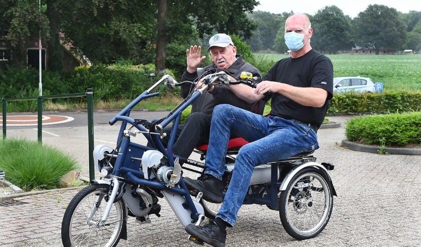 Roelof de Wit met zijn vader Chris op de nieuwe duofiets voor Den Ooiman. (foto Roel Kleinpenning)