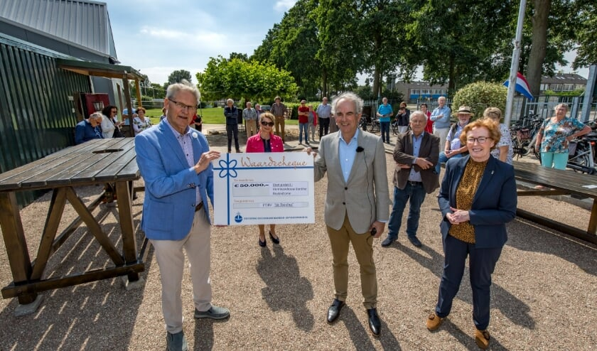 Frits van Es overhandigt aan het bestuur van de jeu de boules-club De Teerling een cheque van 50.000 euro. (foto Jan Bouwhuis)