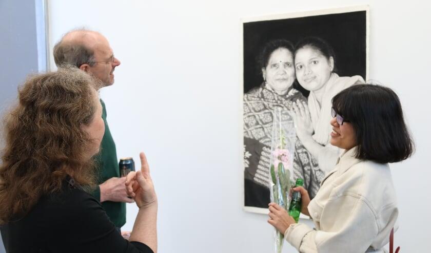 Rakshita Bhargava geeft een toelichting op haar tekeningen die niet van foto's te onderscheiden zijn.