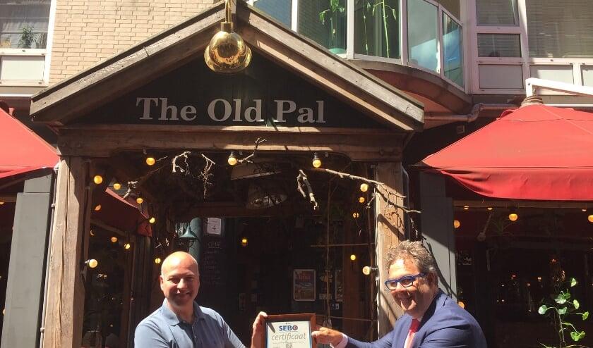 Edwin Degen, eigenaar Old Pal , ontvangt het certificaat.