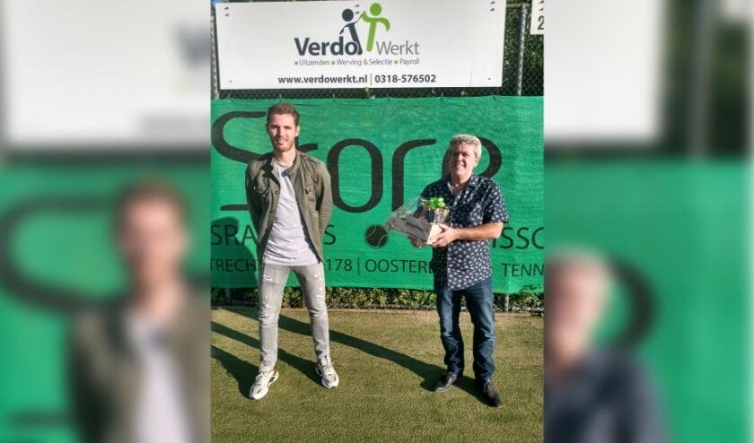 Links Sven Hardeman van Verdo Werkt en Rechts penningmeester Frank Verweij van TV De Bree