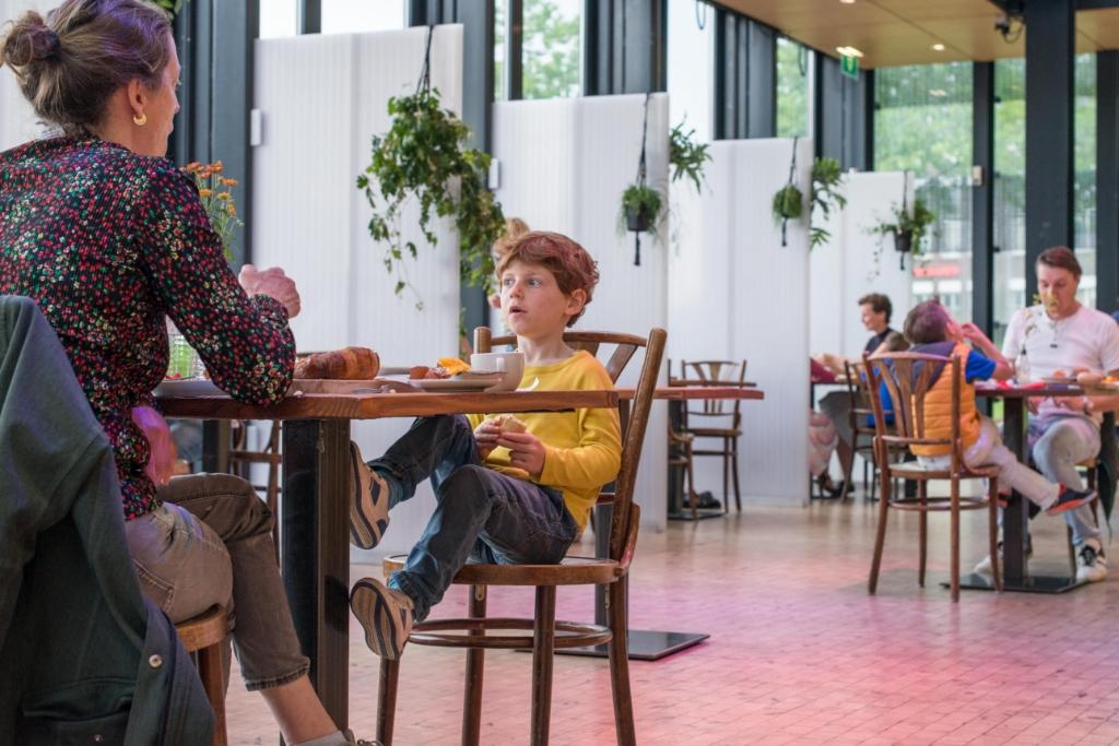 Hapje eten in de foyer van het Maaspodium Foto: Guido Bosua © DPG Media