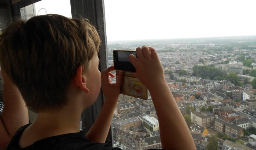 Lennart schiet nog maar eens een plaatje vanuit de lift op weg naar het kraaiennest. Foto: Bert Nijenhuis