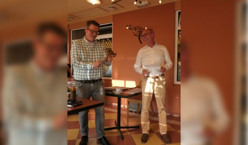 """Chrysto draagt """"corona-proof"""" de voorzittershamer over aan Niels Berendsen"""