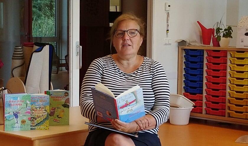 Schrijfster Manon Sikkel las afgelopen donderdag voor in jenaschool de Zevensprong. Foto: Jeannette Broer van der Ham