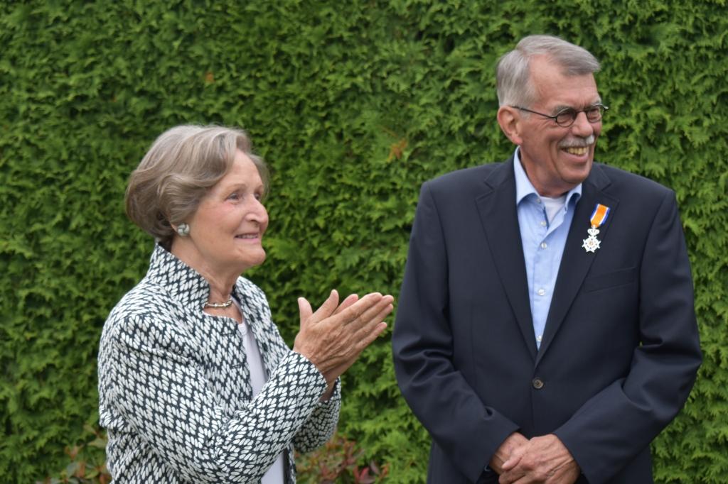 Kees Kroon met zijn vrouw Thea, nadat zij het lintje heeft opgespeld.  © DPG Media