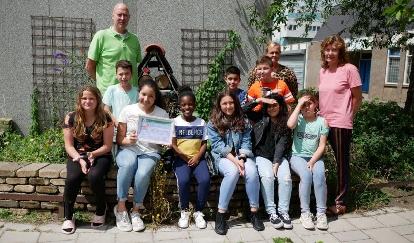 Het trotse ECO-team van OBS De Peperklip samen met Rob van der Drift.