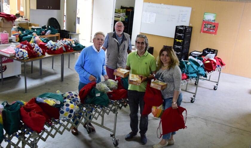 klanten en vrijwilligers van het PAD en de voedselbank bij de uitgifte van de vakantietas.