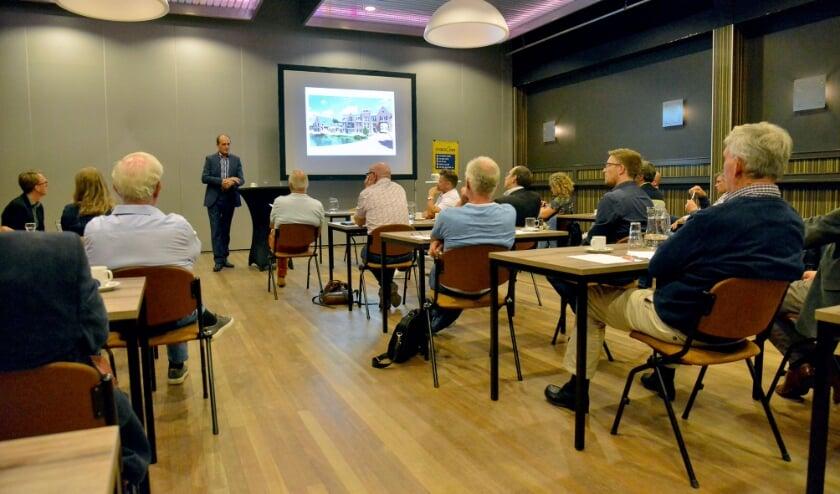 'Made in Montfoort' presenteert de bouwplannen van het Montfoortse bedrijfsleven voor zorg, wonen en onderwijs aan wethouders en gemeenteraad. (Foto: Paul van den Dungen)