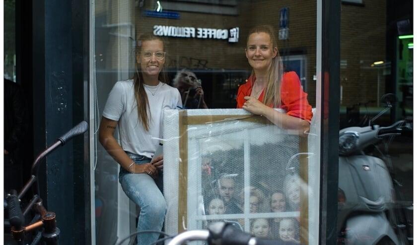 Annabel Jeuring (rechts) en haar assistent Bo ten Broeke.