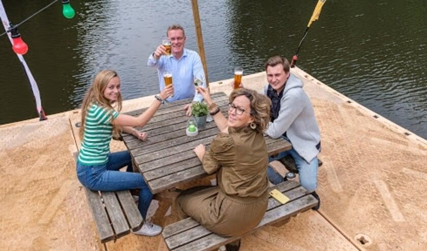 Op 3 juni 2020 is aan de Overijsselse rivier ?de Regge? het meest unieke terras van Nederland gerealiseerd. Bij de Wilgenweard bestaat nu namelijk de mogelijkheid om te lunchen/dineren met de voeten in het water zónder zelf nat te worden.