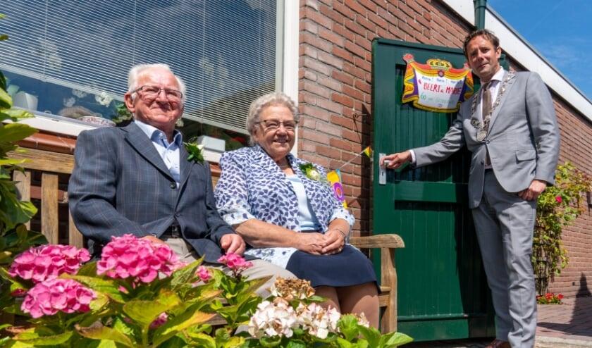 Burgemeester Van Schaik bracht een bezoek aan het echtpaar Van de Poppe - Dirksen. (foto: Jan de Roo)