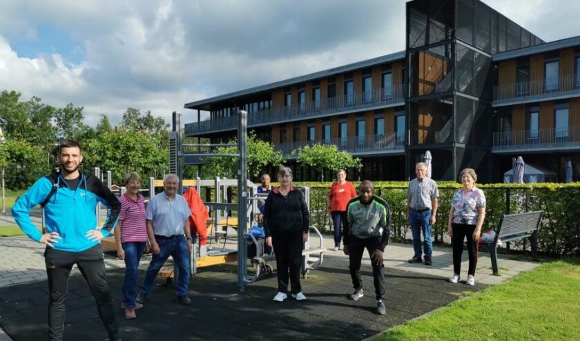 De deelnemers aan het Samen Buiten Bewegen 55+ in de beweegtuin van Marnix.