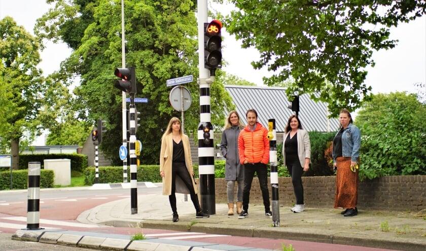 De leden van het actiecomité Dominique, Monica, Elmar, Liesbeth en Karin bij de nieuwe verkeerslichten op het kruispunt. Foto: Robbert Roos