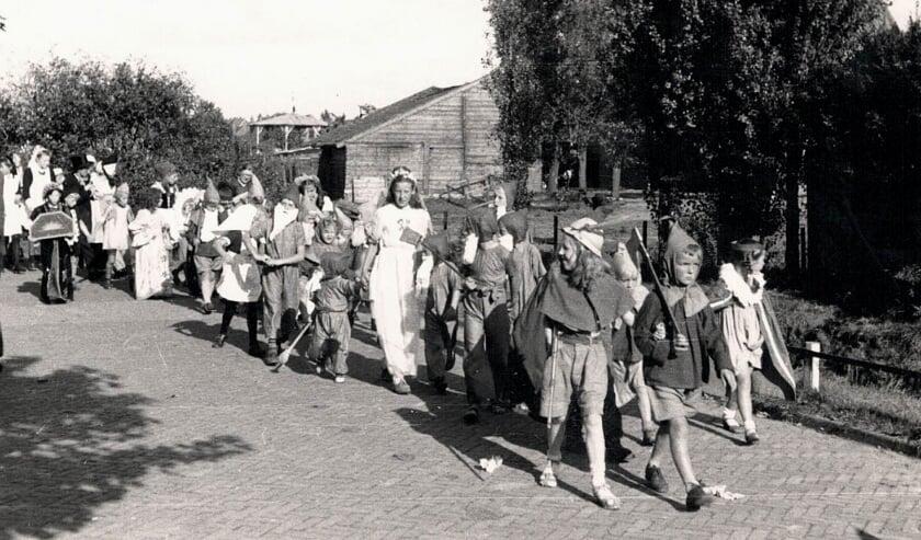"""""""De festiviteiten in Vlaardinger-Ambacht duurden van 28 t/m 31 augustus. De optocht met verklede jeugd was een hoogtepunt, met als eerste prijs een boek voor 'het mooiste pakje'."""""""