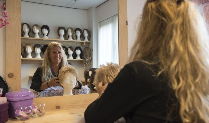 Esther Hogeweg-Hollander heeft van het aanbieden van haarwerken aan vrouwen haar levenswerk gemaakt.