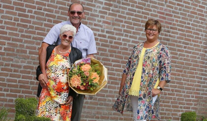 De heer en mevrouw De Kruiff-Akkerman en wethouder Herma van Dijkhuizen.