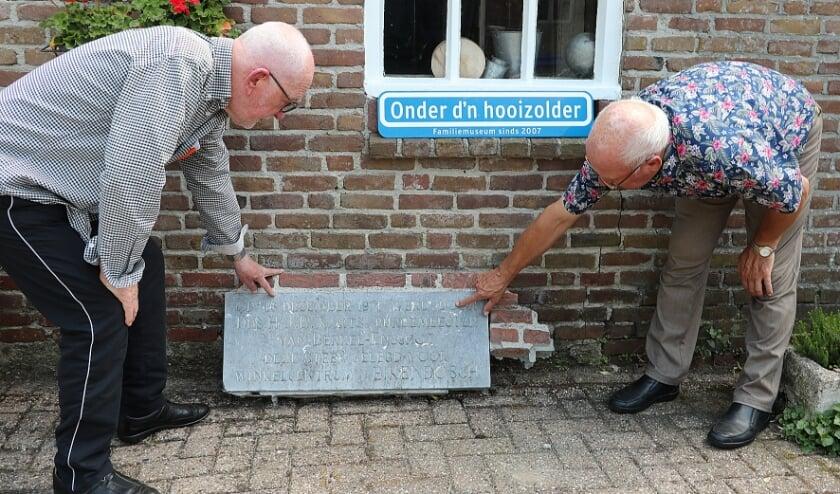 <p>Jack van der Sanden en Mart Koenen plaatsten de Eerste Steen van Eikenbosch bij museum &lsquo;Onder d&rsquo;n Hooizolder&rsquo; (foto: Peter Timmermans)</p>