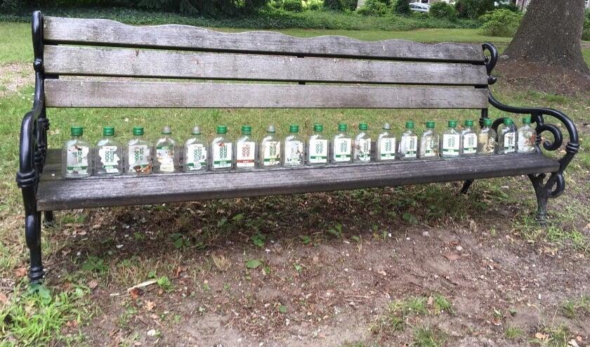 Een vaste bezoeker van de begraafplaats is gek op jenever... (Foto's: Aart Aalbers)