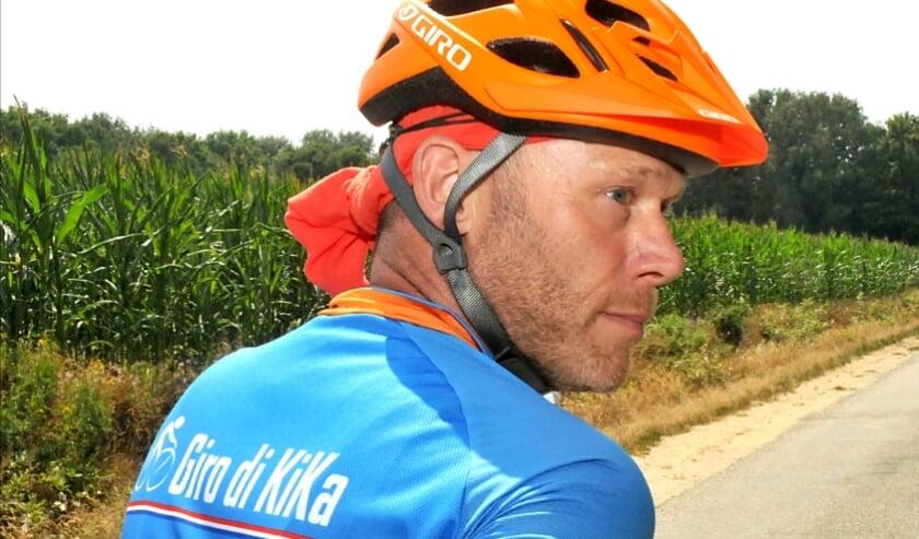 Marcel van Oosterhout klimt op de fiets voor Kika.