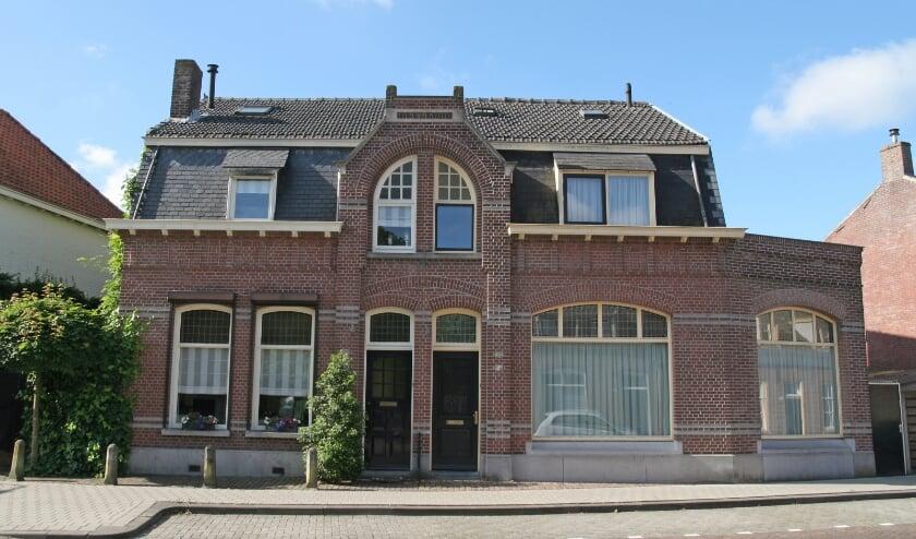 Een opvallende twee-onder-een-kapper binnen Tilburgs oudste beschermd stadsgezicht 'Oude Heikant'. Het pand heeft geen monumentstatus.