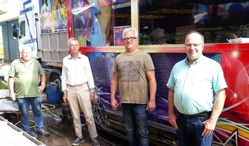 De kermis komt er. Van links naar rechts Hans Eckelboom, Leon van Dun, Harry Kars en Anjo Steen.