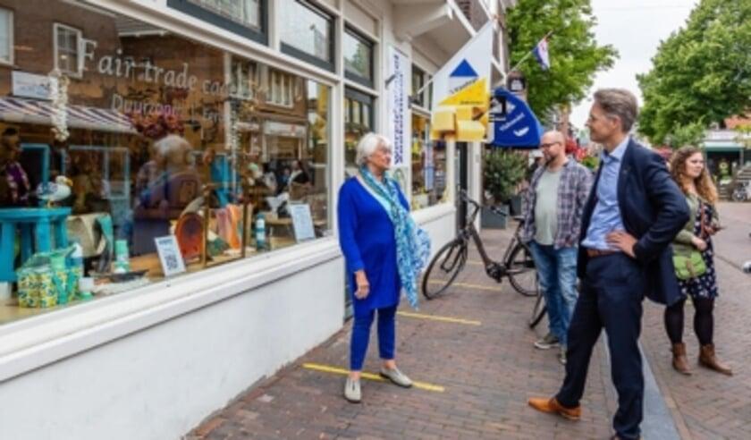 Wethouder kunst&cultuur Robin Paalvast bezocht de Wereldwinkel om het 1e kunstwerk van Ank te bekijken. Foto: Patricia Munster