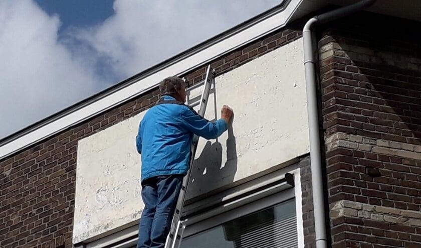 <p>Restauratieschilder Bart Oost uit Kampen zal in oktober de muurreclame in de Bevrijdingsstraat herstellen.</p>
