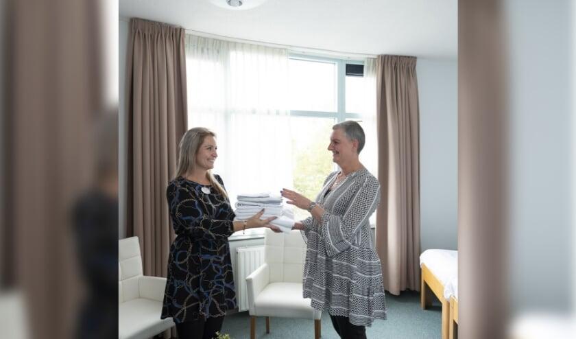 Vrijwilliger Dubi uit Schiedam heet een nieuwe gast welkom in het Familiehuis.