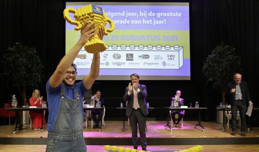<p>Maarten van de Velden van vriendenkring De Rijten met de Lego-wisselbeker. (Foto: Jurgen van Hoof)</p>