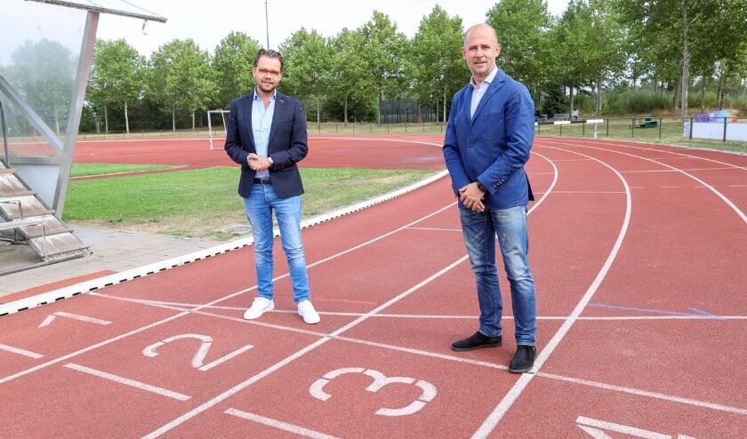 <p>Wethouder Dan de Kort met Thijs Slegers, manager perszaken en beleidscommunicatie bij PSV, die als voorzitter van de nieuwe Sportraad Veldhoven aantreedt. FOTO: Bert Jansen.&nbsp;</p>
