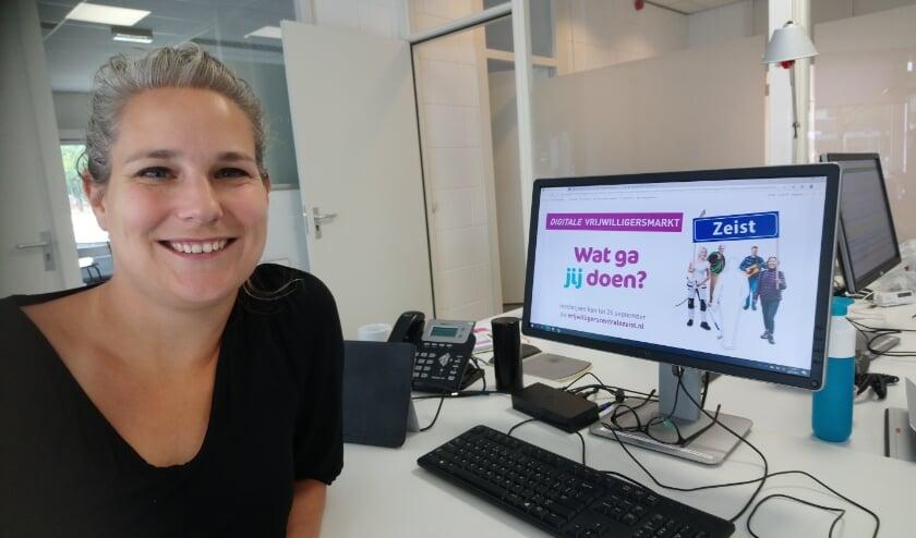 <p>Maartje Simons, co&ouml;rdinator van de vrijwilligersmarkt (Foto: Karla de Paauw)</p>
