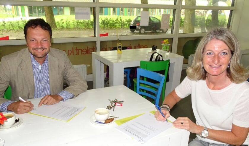 Eric de Jong van Philadelphia Werk & Begeleiding Zuid-Holland Zeeland en Rosita Pauëlsen, manager Bijzonder Vastgoed van Woonforte tekenden de huurovereenkomst. Foto: Woonforte