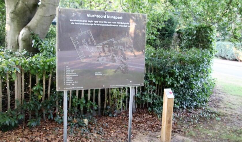 Op de hoek van de Elizabethlaan en de Fabiolalaan staat een bord met een plattegrond van het Belgenkamp.
