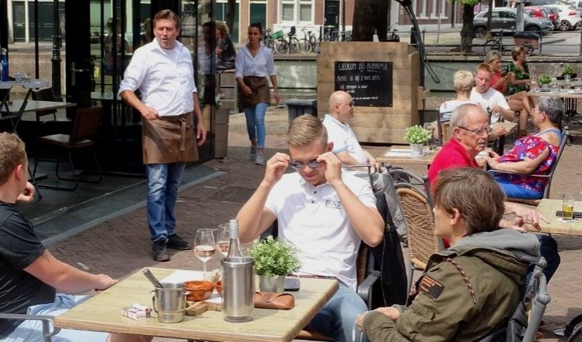 Het is gelukkig goed terrasweer, maar de horeca in Schiedam heeft het zwaar.
