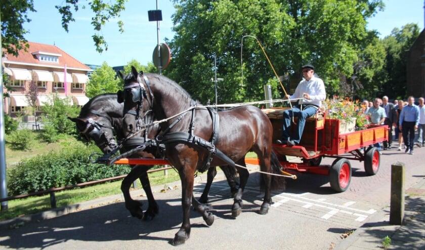 Een niet alledaags gezicht: een rouwstoet achter een boerenkar, voortgetrokken door paarden. Het past echter helemaal bij het leven dat Johan van Hazendonk uit Benschop leidde. (Foto: Lysette Verwegen)
