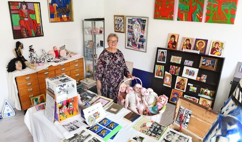 Anna Carlier tussen veel van de kunstwerken van haar overleden zus Maria Carlier. (Foto: Roel Kleinpenning)