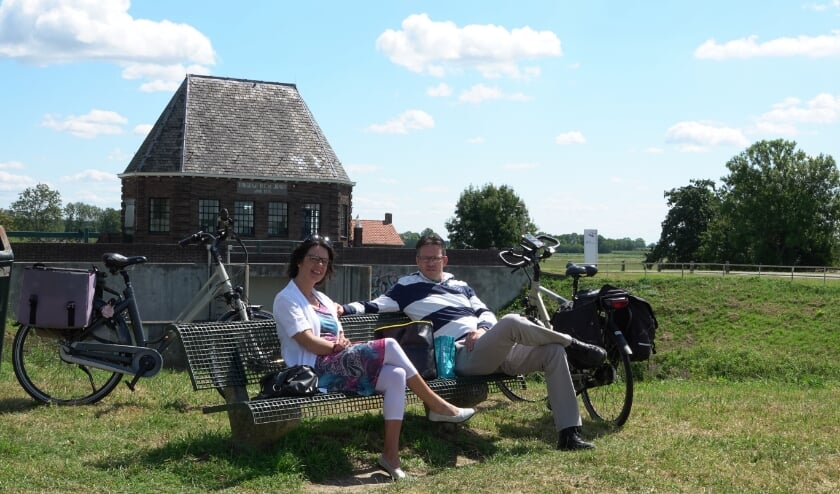 Mathilda en Anco Tolhoek uit het Zeeuwse Gravenpolder riepen al jaren dat ze weer eens wilden fietsen in de Bommelerwaard. En nu blijkt dat één dag niet genoeg is!