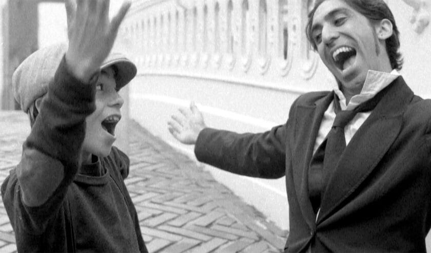 <p>Een beeld uit de videoclip &#39;Keep it with Yours&#39;: Sahil Bahl en zijn zoon Miles Roessler-Bahl (Foto: Sahil Bahl/ El Hadji N&#39;Diaye) &nbsp;</p>